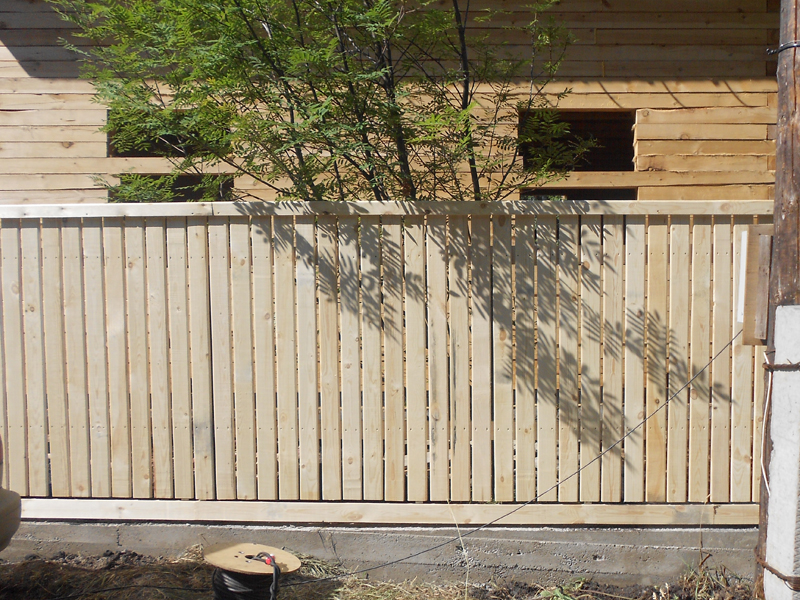 Строим деревянный забор на даче...